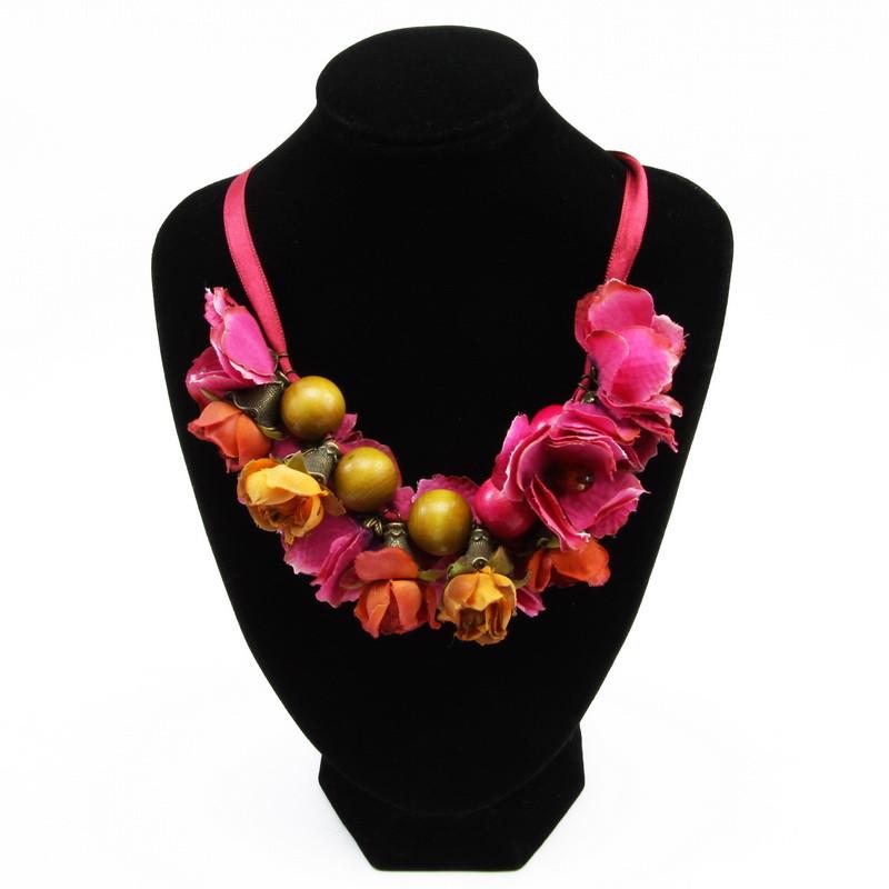 Rozā un oranžu ziedu kaklarota
